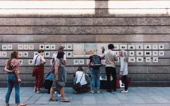 bilde av mennesker foran kunst